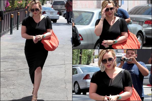 . Mar. 10 Juillet : Notre petite Duff se consacrant à son activité favorite dans Beverly Hills : le shopping ! .Magnifiquement belle..