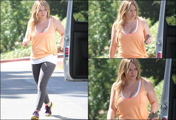 . Mardi 24 Juillet : Hil', en mode naturelle, quittant son cours de gym. .Après une longue pause, la voilà qu'elle reprend le sport !.