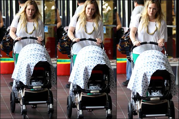 . Merc. 25 Juillet : Hilary se baladant d'un air tristounet avec Luca puis quittant plus tard un hôtel après une aprem' entre amies..