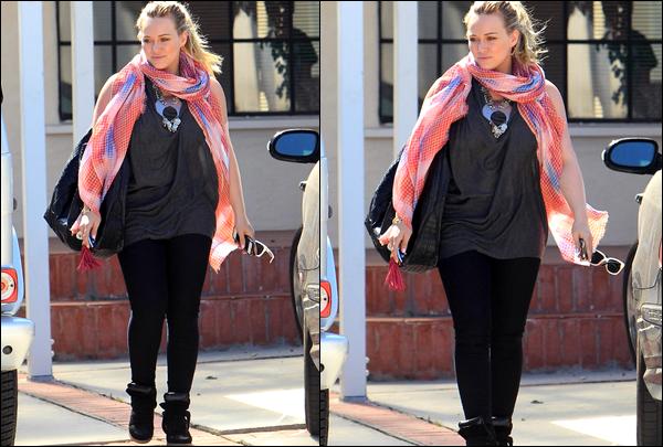 . J. 26 Juillet : Notre charmante Duff allant et quittant la maison d'une amie située en plein Beverly Hills. Sa tenue, TOP ou FLOP ?.