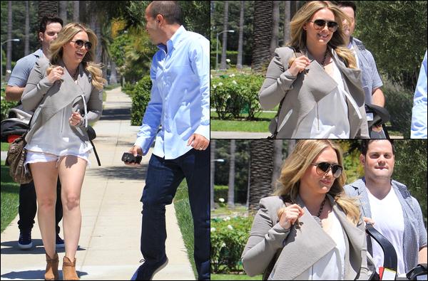 . S. 28 Juillet : H.M.&.L. visitant des maisons à vendre dans Beverly Hills avec un agent immobilier. Un déménagement de prévu ?.