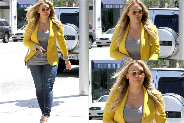 . Mer. 22 Août : Notre chère Hilary faisant sa belle gosse dans les rues de Beverly Hills sans décrocher un seul sourire aux paps..