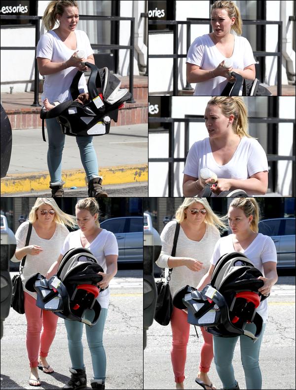 . 22/09/12 : Hil' respectant son devoir de maman en se promenant dans les rues de Los Angeles avec son adorable bébé Luca....