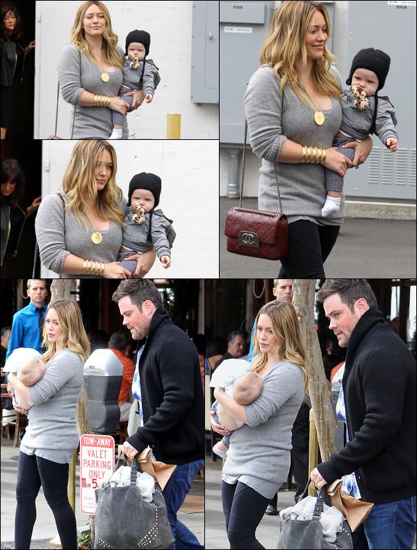 . 20/10/12 : Maman Duff faisant du shopping dans les rues de Beverly Hills en compagnie de son mari Mike et de son fils Luca..