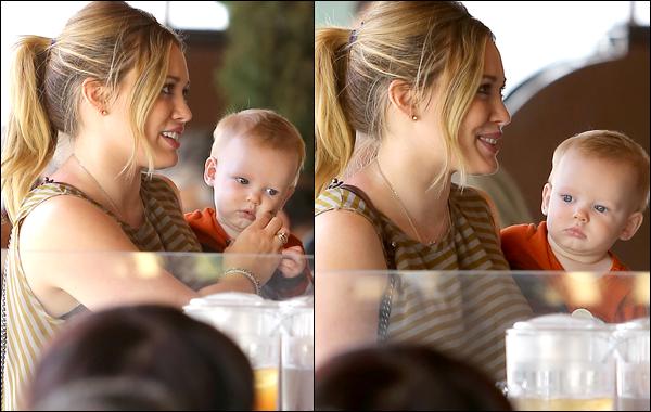 . 31/10/12 : Notre belle Duff faisant une sortie mère-fils dans les rues de Los Angeles. Déjeuner et shopping étaient de la partie !.