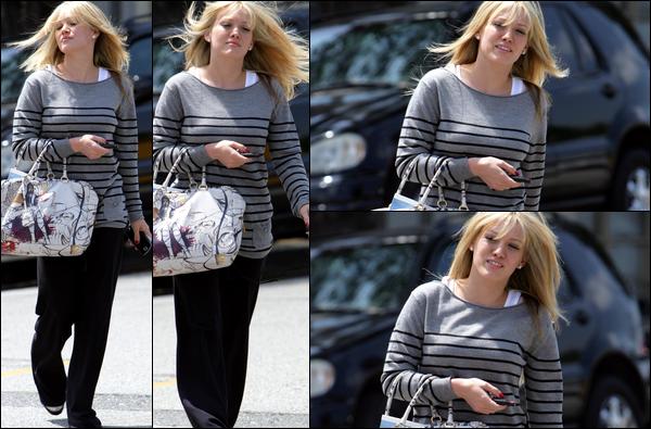 """. FLASHBACK (23 Avril 2008) ~ Hilary, faisant sa belle les cheveux au vent, se rendait au """"Neil George Salon"""" à Los Angeles. ."""