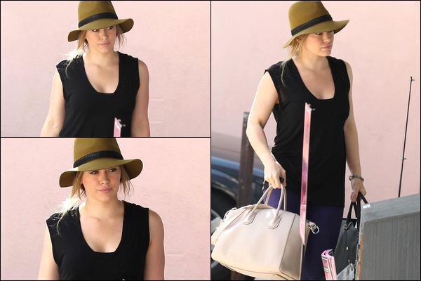 . 27/11/12 : Journée banale pour une star : Hilary se rendant à son cours de pilates puis sortant plus tard d'un salon de coiffure..