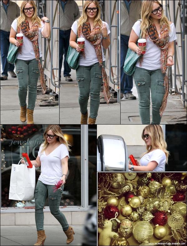 """. 01/12/12 : Hil' se rendant avec son mari Mike et son fils Luca au """"Beverly Glen Market"""" de Beverly Hills. .Une famille en or !."""