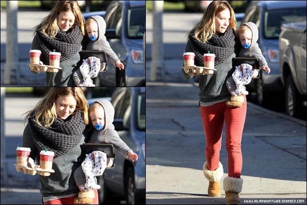 . 30/12/12 : Hilary, en toute simplicité et dans son rôle de mère, faisant quelques courses avec Luca puis sortant d'un Starbucks..