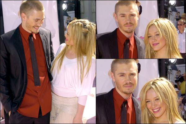 . FLASHBACK (10 Juillet 2004) ~ Hilary présente avec ses co-stars lors de la première du film « Comme Cendrillon » à L.A. ! .