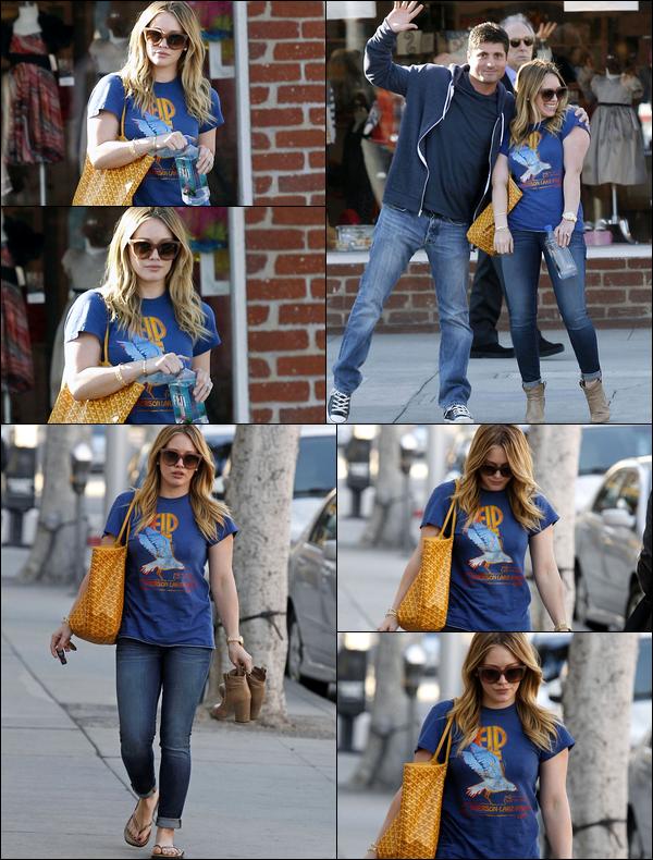 . 08/01/13 : Hilary se rendant vers un salon de beauté situé en plein centre-ville de Los Angeles. En mode pose avec les piétons !.