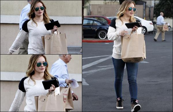 """. 20/01/13 : La Duff quittant seule, sans son mari Mike ni son bébé Luca, le supermarché """"Ralphs"""" situé en plein Beverly Hills.."""