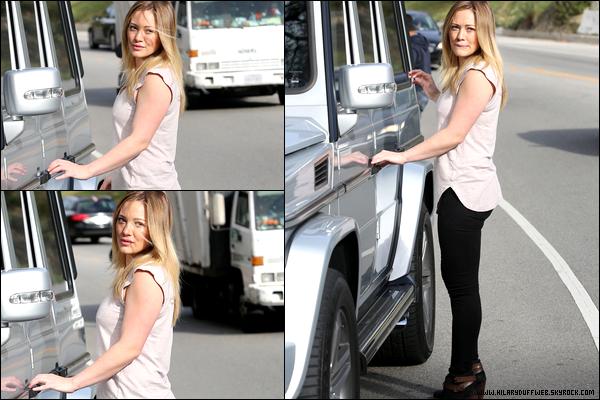 . 23/01/13 : La ravissante jeune maman Duff errant seule dans les rues de Beverly Hills... Toujours en forme et avec le sourire !.