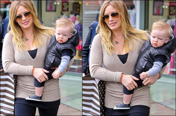 """. 24/01/13 : Hil', Luca et une amie quittant le magasin de jouets """"Auntie Barbara's Kids"""" situé au centre-ville de Beverly Hills.."""