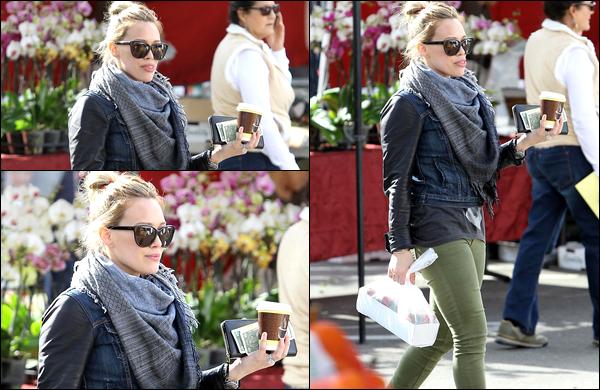 """. 01/02/13 : La Duff se promenant avec sa petite famille au """"Beverly Glen Farmer's Market""""... _Pour plus de photos, cliquez ici. ."""