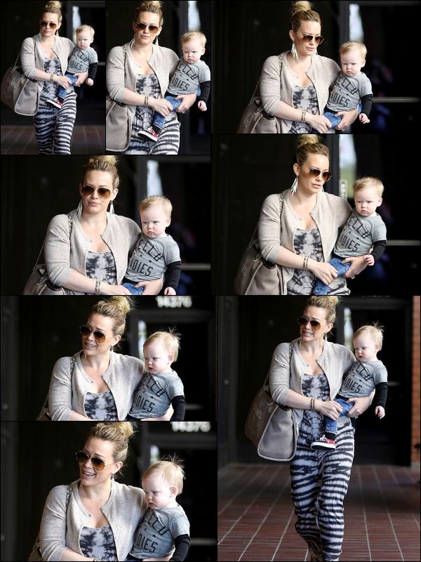 . 13/02/13 : Maman Hilary se rendant avec son petit bébé à son cours pour jeunes mamans à Los Angeles. Bientôt un an Luca !.