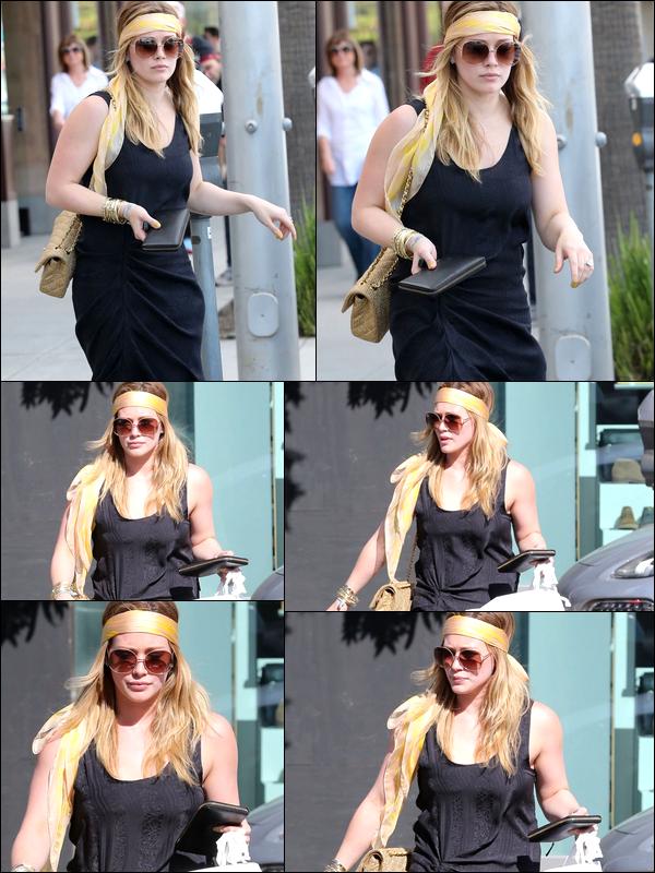 . 16/02/13 : La jeune maman, en mode peace and love, faisant chauffer sa carte de crédit dans des boutiques de Beverly Hills... ☮.