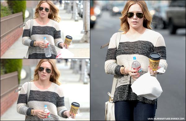 """. 17/03/13 : H. se rendant avec une amie et son magnifique sourire au centre commercial """"Century City Mall"""" de Los Angeles.."""