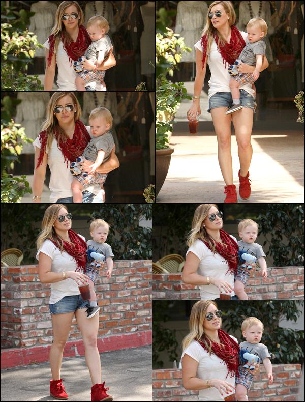""". 24/03/13 : L'adorable famille Duff-Comrie allant déjeuner au restaurant """"Charlie's Pantry"""" situé au centre de Los Angeles...."""