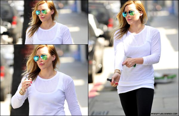 . 26/03/13 : Notre charmante Duff se rendant puis sortant, avec le sourire, de son habituel cours de pilates situé à Los Angeles..