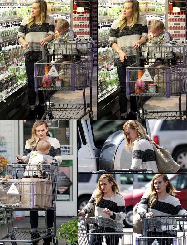 . 07/04/13 : Maman Hilary faisant quelques courses dans un supermarché de Los Angeles en compagnie de son adorable Luca..