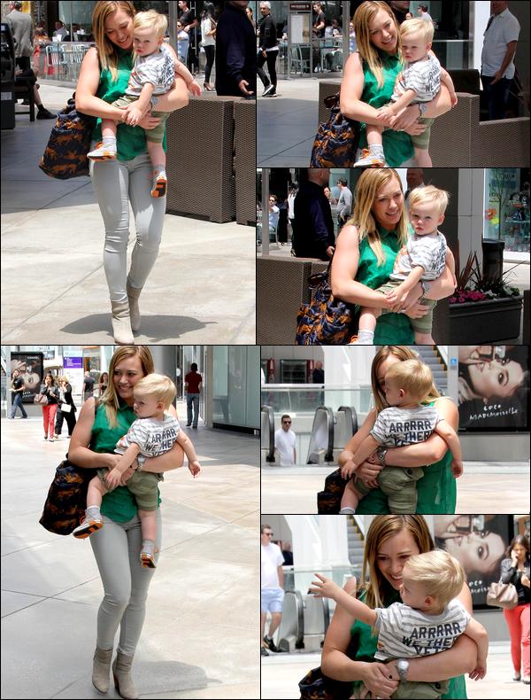 """. 22/05/13 : Après son cours pour jeunes mamans, Hilary se rendait avec Luca au """"Westfield Century Mall"""" de Los Angeles... ."""