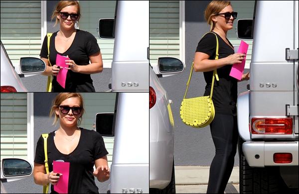 . 24/05/13 : Notre belle Hilary quittant, le sourire aux lèvres, son habituel cours de pilates situé à Los Angeles.. Intéressant... !.