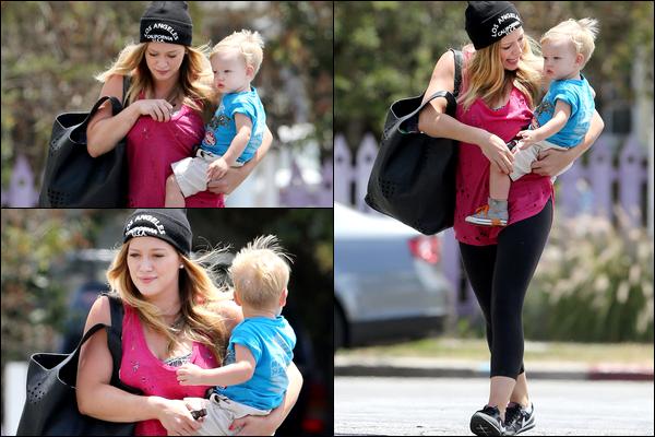 """. 23/06/13 : Maman Duff quittant en compagnie de Luca, un restaurant """"Mo's"""" situé à Los Angeles.. Rien de bien captivant...."""