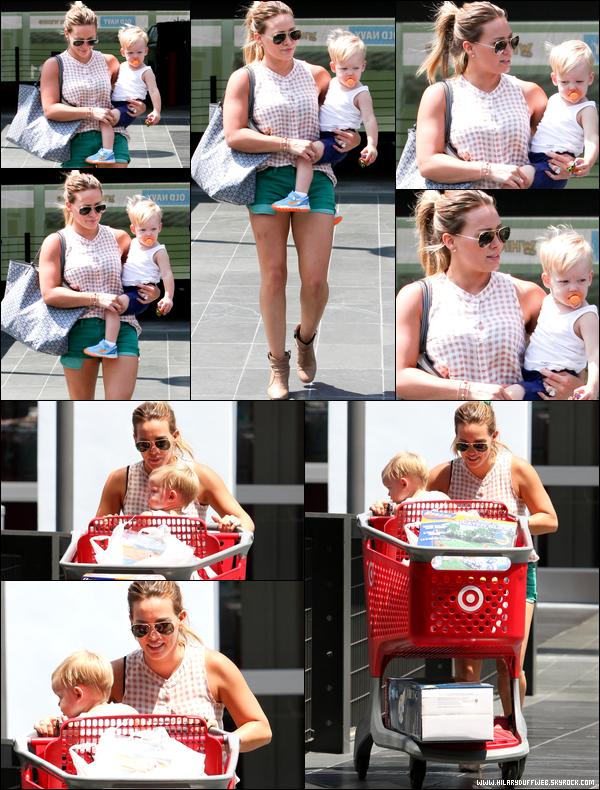 """. 29/06/13 : Mère Duff et fils Luca se promenant sur le """"Walk of Fame"""" d'Hollywood et allant après diner dans un restaurant...."""