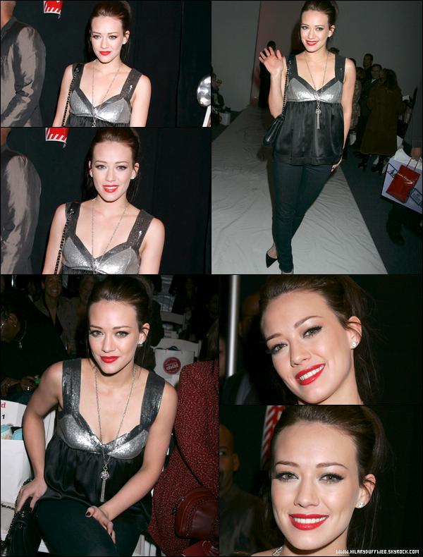 """. FLASHBACK (09 Février 2007) ~ Hil' lors d'un défilé organisé par """"Mercedes-Benz"""" durant la fashion week new-yorkaise. ."""