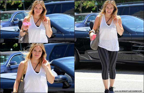 . 07 Août 2013 : Maman Hil', quittant le sourire aux lèvres, le centre sportif de son fils Luca situé en plein Hollywood..