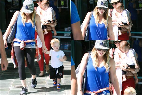 """. 14 Août 2013 : Maman H. quittant avec son petit Luca le centre sportif pour enfants """"A Fit For Kids"""" de Los Angeles.."""