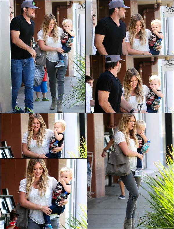 """. 17 Août 2013 : Notre belle Duff quittant le restau' """"Nate'n Al"""" de Los Angeles avec son mari Mike et son petit Luca...."""