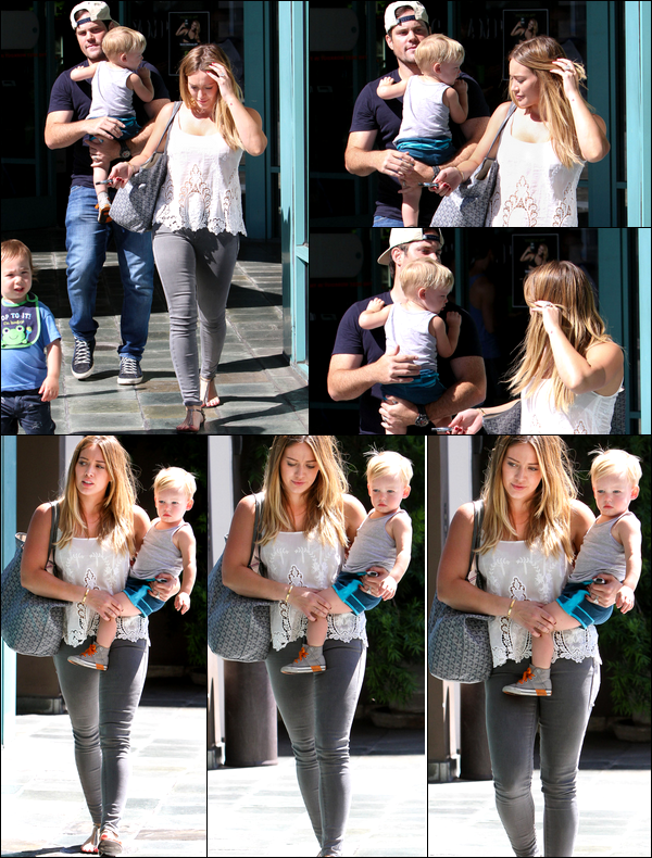 ". 28 Août 2013 : Hilary quittant avec son mari Mike et son petit Luca le centre sportif ""A Fit For Kids"" de Los Angeles.."