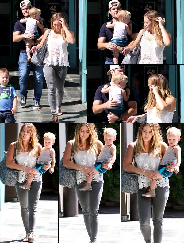 """. 28 Août 2013 : Hilary quittant avec son mari Mike et son petit Luca le centre sportif """"A Fit For Kids"""" de Los Angeles.."""