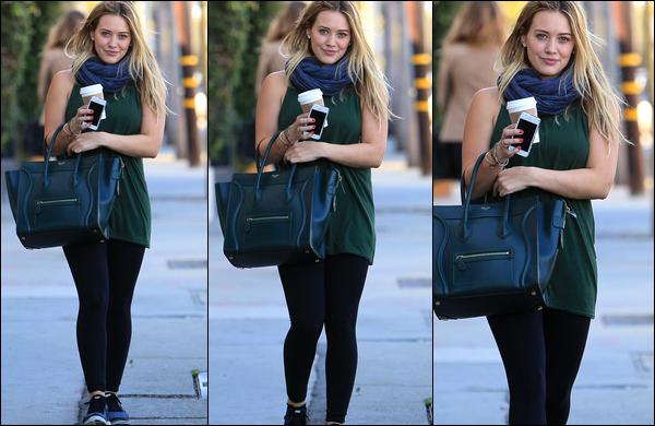 """. 30 Octob. 2013 : Après une séance de sport, H. se promenait seule à Los Angeles avec un """"Starbucks Coffee"""" en main.."""