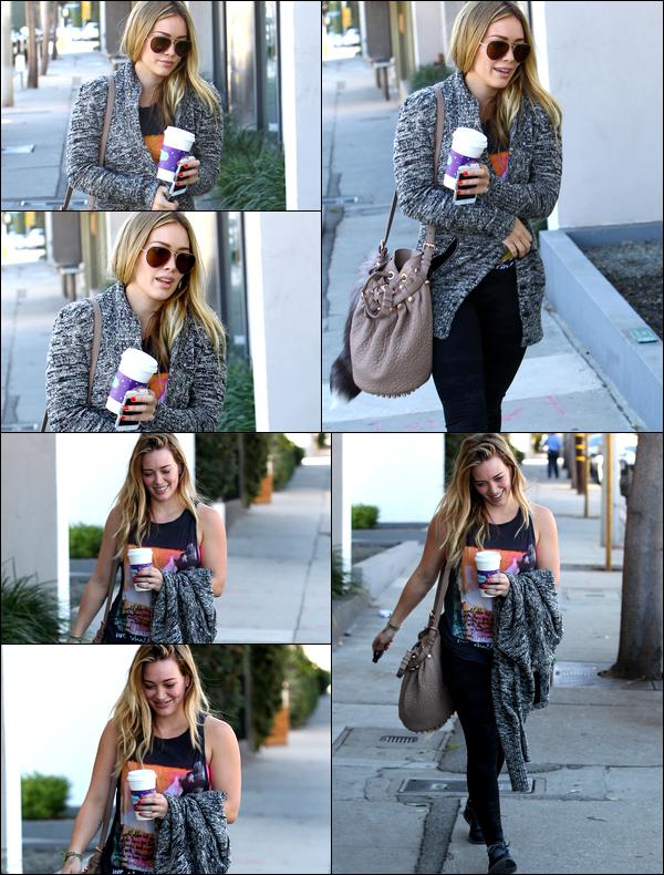 . 01 Nov. 2013 : Hil' allant et sortant de son cours de gym situé à Hollywood. .Starbucks un jour, Starbucks toujours....