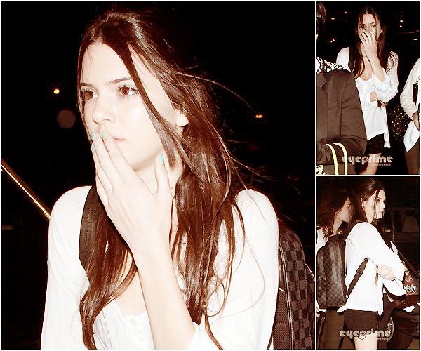 Lundi 28 Mars 2012 | Candid | Los Angeles, Californie.   •▬•▬•▬•▬•▬•▬•▬•▬•▬•▬•▬•▬•▬•▬•▬•▬•▬•▬•▬•▬•▬•▬•▬•▬•▬•▬•▬•▬•▬•▬•▬•▬•▬•▬•▬•▬•▬•▬  Kendall et Kylie ont été vu a l'aéroport de LAX avec leur maman, elles étaient envahies de Paparazzi et essayaient de se cacher ...