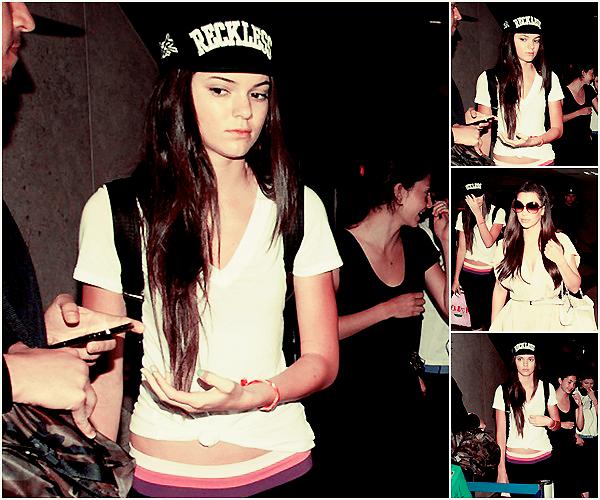 Lundi 02 Avril 2012 | Candid | Los Angeles, Californie.   •▬•▬•▬•▬•▬•▬•▬•▬•▬•▬•▬•▬•▬•▬•▬•▬•▬•▬•▬•▬•▬•▬•▬•▬•▬•▬•▬•▬•▬•▬•▬•▬•▬•▬•▬•▬•▬•▬  Kendall et Kim ont été vu arrivant à l'aéroport de LAX. Toute la famille Jenner- Kardashian était là; Kylie Kendall Jenner et, Kris Jenner, Kim Kardashian, Rob Kardashian, Kourtney Kardashian, Mason Disick, Scott Disick. Tenue simple pour Kendall, une tenue de sport.