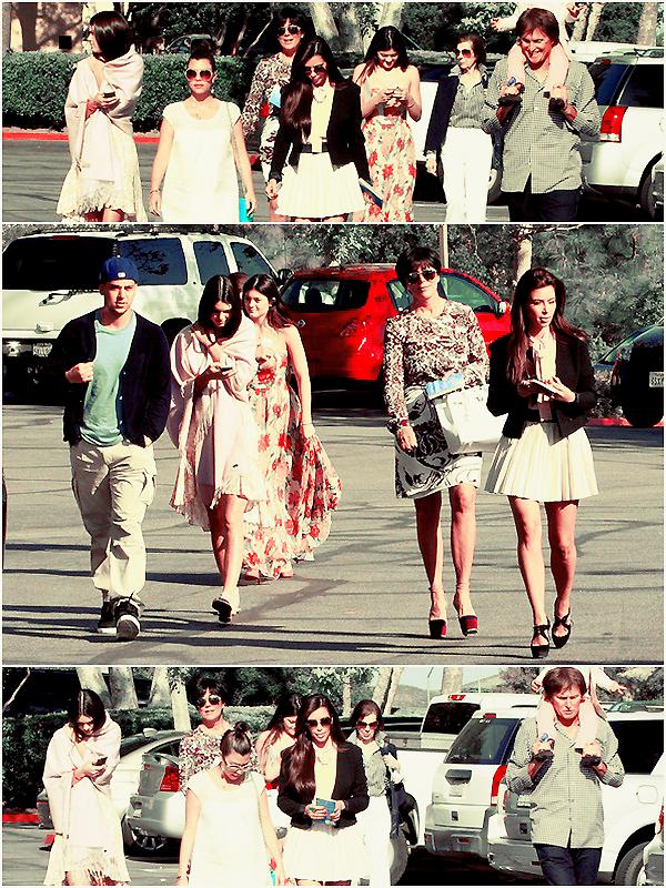 Lundi 08 Avril 2012 | Candid |  Agoura Hills, Californie.   •▬•▬•▬•▬•▬•▬•▬•▬•▬•▬•▬•▬•▬•▬•▬•▬•▬•▬•▬•▬•▬•▬•▬•▬•▬•▬•▬•▬•▬•▬•▬•▬•▬•▬•▬•▬•▬•▬  Kendall Jenner, Kourtney Kardashian, Kris Jenner, Kim Kardashian, Kylie Jenner, Bruce Jenner et Mason Disick vu sortant de l'église le dimanche de Pâques. J'adore leurs tenues, dommage que Kendall ait mis une grande écharpe par dessus sa robe ...