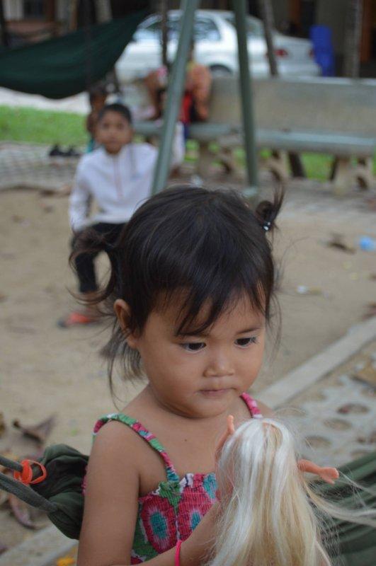 Regardez mes amies le succès des barbies pour les petites filles du Cambodge (encore merci toutoune et coco)