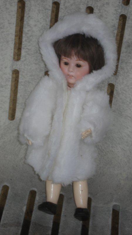 Grâce à ninie, Loulotte étrenne un beau manteau