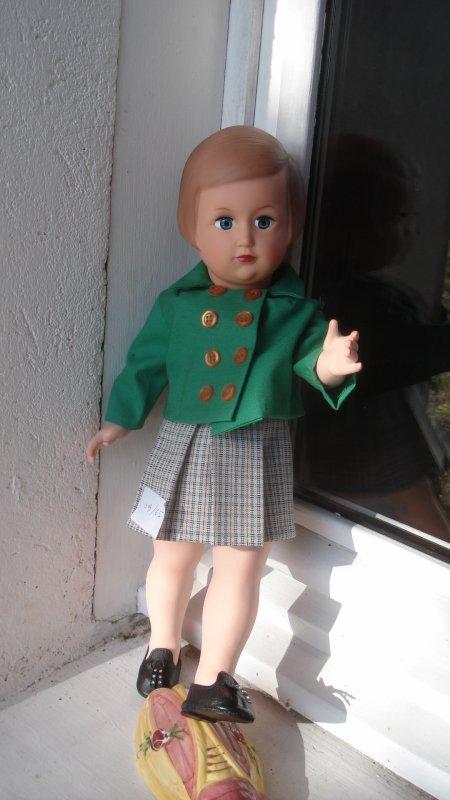 Françoise-Jane a changé de tenue et étrenne une paire de chaussures