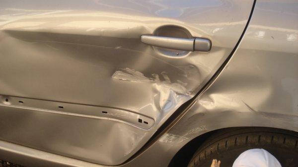 Un molotru, en reculant, a enfonçé la portière de la voiture de Jenny