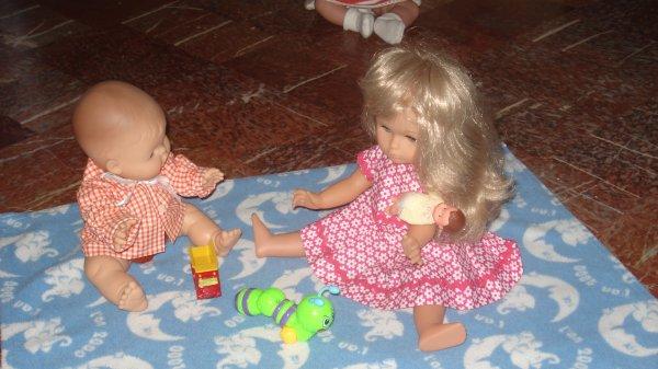 Les petits jouent à l'intérieur