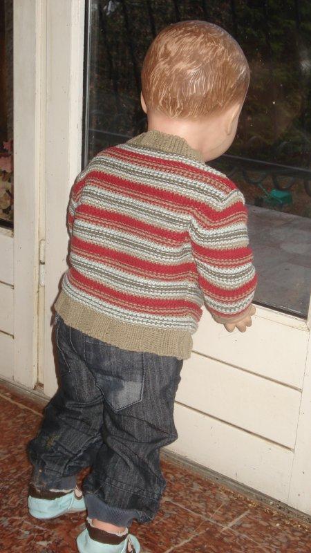 Jean-Marguerit regarde au-dehors : il fait froid !