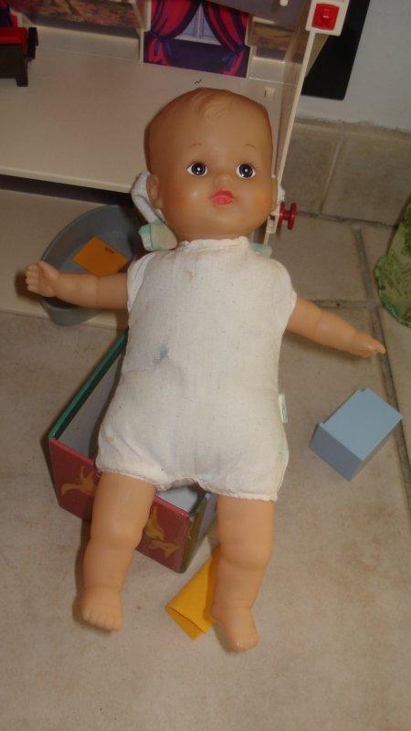 Sa poupée vite déshabillée