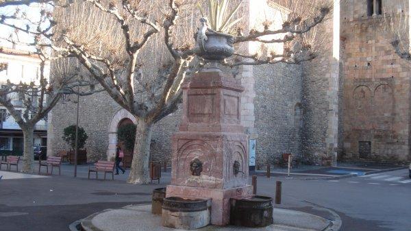 La fontaine en marbre de la place