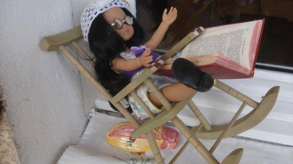Tout lui a été offert : mijha la robe, poupéesdemy le bonnet, les lunettes et les chaussures Jasonne et le rocking chair Ignée