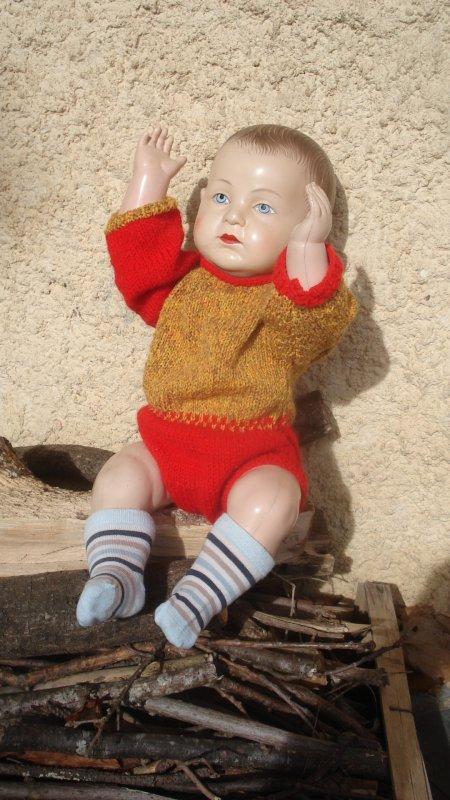 Un de mes Jacky avec une barboteuse tricotée en fil d'époque